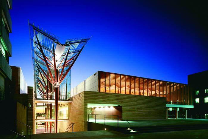 新南威尔士大学招收法学本科吗